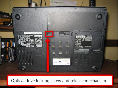 Come sostituire l'unità DVD in un Dell Inspiron 1501