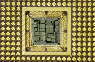 Qual è la caratteristica distintiva fondamentale di un microprocessore?